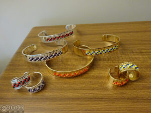 Bracelets et bagues dorés ou argentés avec tissage intégré