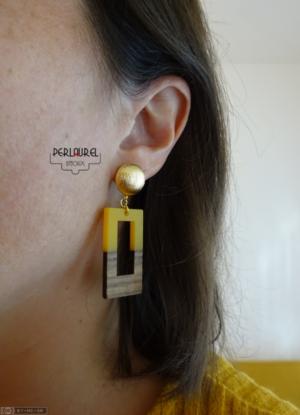 Boucles d'oreilles retro portées en résine